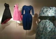 Modèles Eisa (au fond à gauche, la robe paon) - Balenciaga