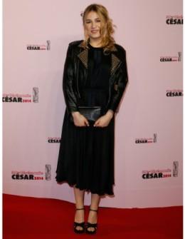 Il faut dire à Isia que n'est pas Miuccia Prada qui veut... La jupe mamie fait cheap, et les sandales - trop découvertes - sont en total déséquilibre avec le haut, bien trop couvert.