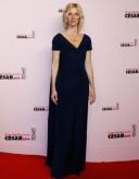 La blondeur et la fraîcheur de Sandrine Kiberlain son le bijou de cette robe bleu encre, très (trop) simple, mais sans risque