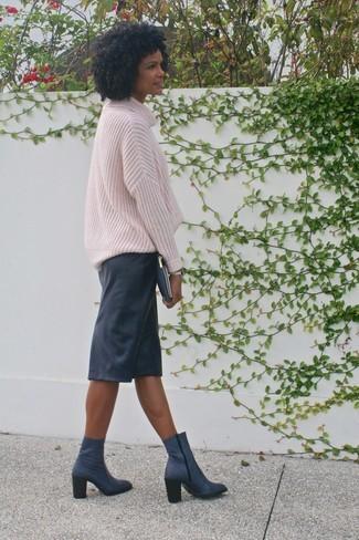 pull-surdimensionne-rose-jupe-crayon-noire-bottines-bleu-marine-large-21802